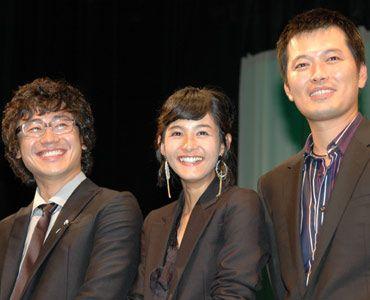 あまりの盛り上がりに驚くゲストたち(写真左からシン・ハギュン、カン・ヘジョン、チョン・ジェヨン)。