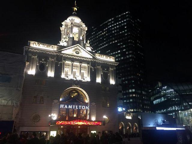 12月21日、米国で大評判を呼んだミュージカル「ハミルトン」のロンドン公演がヴィクトリア・パレス・シアターで始まった。米国外での公演は初めてとなる