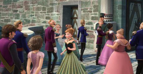 左端にいるカップルがフリンと髪を切ったラプンツェル