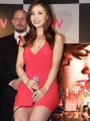 セクシーな赤いドレスを着こなすインリン・オブ・ジョイトイ