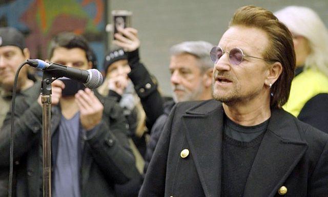 12月6日、アイルランド出身の人気ロックバンド「U2」のボノとジ・エッジが、ドイツ・ベルリンの地下鉄U2線に乗車し、ホームで演奏を披露した。写真はユニバーサル・ミュージック提供のロイタービデオの映像から