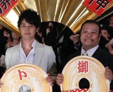 ご利益がありそうな笑顔を浮かべる西田と妻夫木。