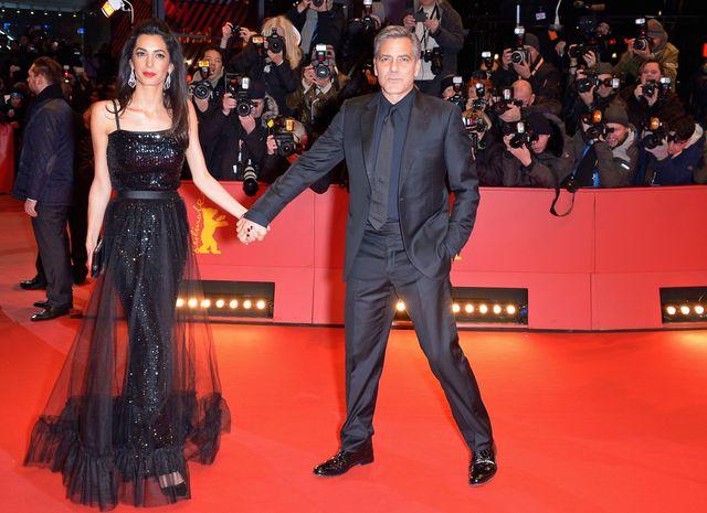 ジョージ・クルーニーと妻のアマルさんが手をつなぎベルリン映画祭に登場!