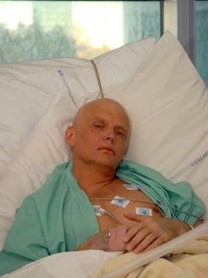 病院で亡くなる直前のアレクサンドル・リトビネンコ氏