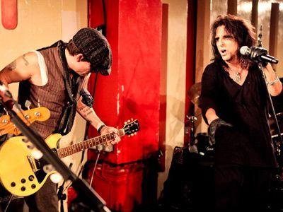 息の合ったプレイが見られる? -今年6月のアリス・クーパー(右)のライブにゲストで出演したジョニー・デップ(左)