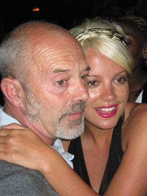 「パパ~」-カンヌで酔っぱらって、父親(キース・アレン)にしなだれかかるリリー・アレン