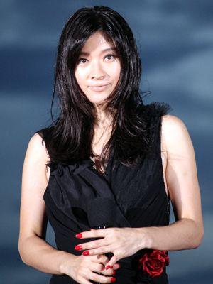シックな黒いドレスに身を包んで、ベッドシーンについて語った篠原涼子