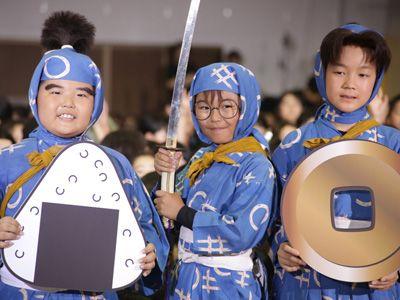 内博貴と子どもたちに特別授業を行った神月朱理、加藤清史郎、林遼威(左から)