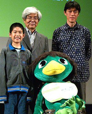 (写真左から)冨澤風斗(クゥの声)、養老孟司、河童のクゥ、原恵一監督