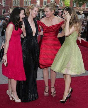 華やかなドレスに注目!