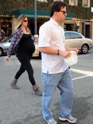 5日前に妻レア(左後方)とロサンゼルスを歩いていたマーク・ウォールバーグ