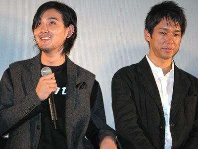 """映画オリジナルの""""カニコウセンTシャツ""""を着て登場した松田龍平(左)と西島秀俊"""