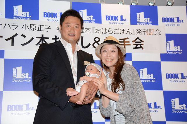 料理本「おはらごはん 食べて仲良くなる73のレシピ」発売イベント前の囲み取材に出席したマック鈴木(左)、小原正子夫婦