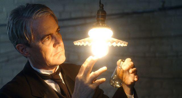 自信満々でかっこいいカイル・マクラクランのエジソン - 映画『テスラ エジソンが恐れた天才』より