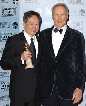 最優秀監督賞を受賞したアン・リー監督とプレゼンターのクリント・イーストウッド