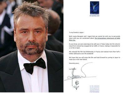 リュック・ベッソン監督(左)と直筆サイン入りの謝罪コメント(右)