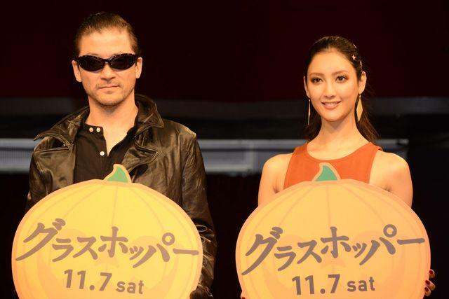 この日生田らと共に登壇した浅野忠信(左)、菜々緒(右)