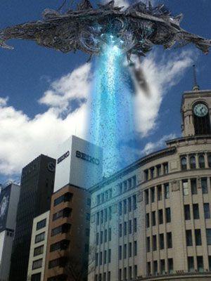 銀座の街中に、人類を吸い込む宇宙船が出現!