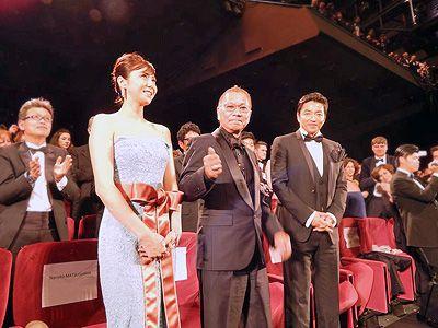 観客から大きな拍手を受けた松嶋菜々子、三池崇史監督、大沢たかおの三人