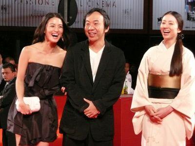 ヒロインの女優・桃生亜希子と中村優子の両手に花状態の塚本晋也監督
