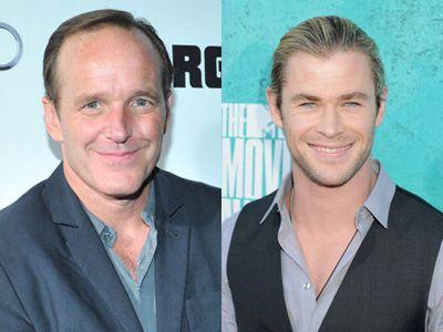 ドラマでコールソン捜査官を演じるクラーク・グレッグと、映画『マイティ・ソー/ダーク・ワールド』主演のクリス・ヘムズワース