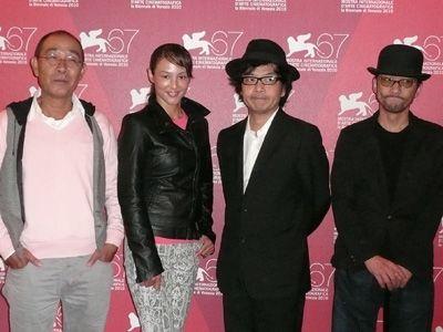 ヴェネチア国際映画祭に登場した『冷たい熱帯魚』ご一行。(左から)でんでん、黒沢あすか、園子温監督、吹越満