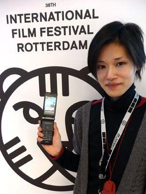 実際に撮影に使用したドコモ、FOMA SH904を手にする石橋今日美監督-第38回ロッテルダム国際映画祭にて