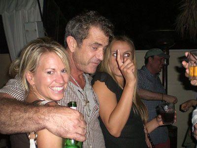 こちらはパーティでベロンベロン中のメル・ギブソン。手に持っているのはお酒のビン