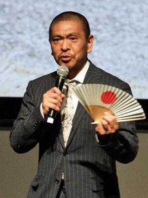 フランス語で舞台あいさつを行った松本人志監督