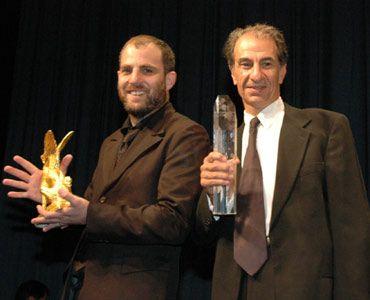 東京サクラグランプリを受賞した『迷子の警察音楽隊』のエラン・コリリン監督(左)と主演俳優のサッソン・ガーベイ(右)。