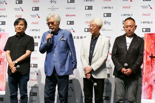 会見に登壇した脚本家の中島かずき、山田洋次監督、手塚眞監督、足立紳監督