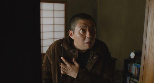 Netflixオリジナルシリーズ『呪怨:呪いの家』より主人公の心霊研究家(荒川良々)
