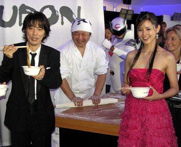 『UDON』の主演俳優ユースケ・サンタマリアと小西真奈美。