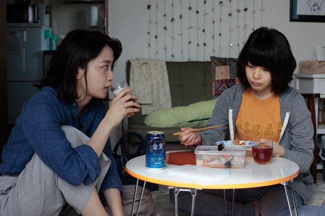 映画『愛がなんだ』より。ヒロイン・テルコ(右:岸井)と、その親友・葉子(左:深川)