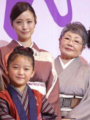 時代を越えて同じ母ふじ役を務めた上戸彩、泉ピン子 子ども・おしん役の濱田ここねと一緒に