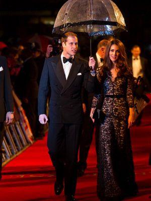 映画『戦火の馬』の英国プレミアでレッドカーペットを歩くウィリアム王子とキャサリン妃