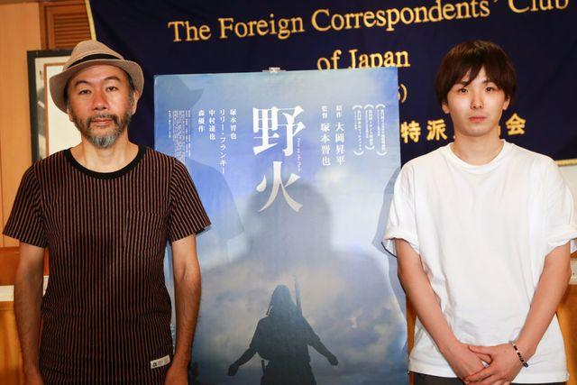 戦争のむごさを描くことで、戦争を食い止める……(左から)塚本晋也監督、森優作
