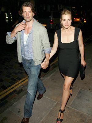 まだ前の夫とは離婚していないケイト・ウィンスレット(右)と恋人ルイス・ダウラー
