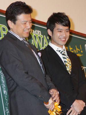 三浦友和、次男で俳優の三浦貴大と照れくさそうに初ツーショット!次男 ...