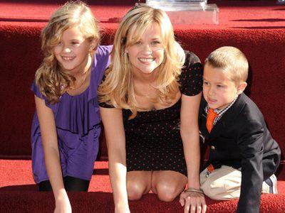 仲の良さそうな親子です - 左から娘のエイヴァ、リース・ウィザースプーン、息子のディーコン(写真は2010年12月のもの)