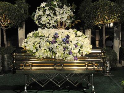 フォレスト・ローン・メモリアル墓地に埋葬されるマイケルさんの棺