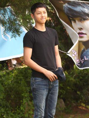 黒Tシャツにジーンズというラフな姿で登場したソン・ジュンギ