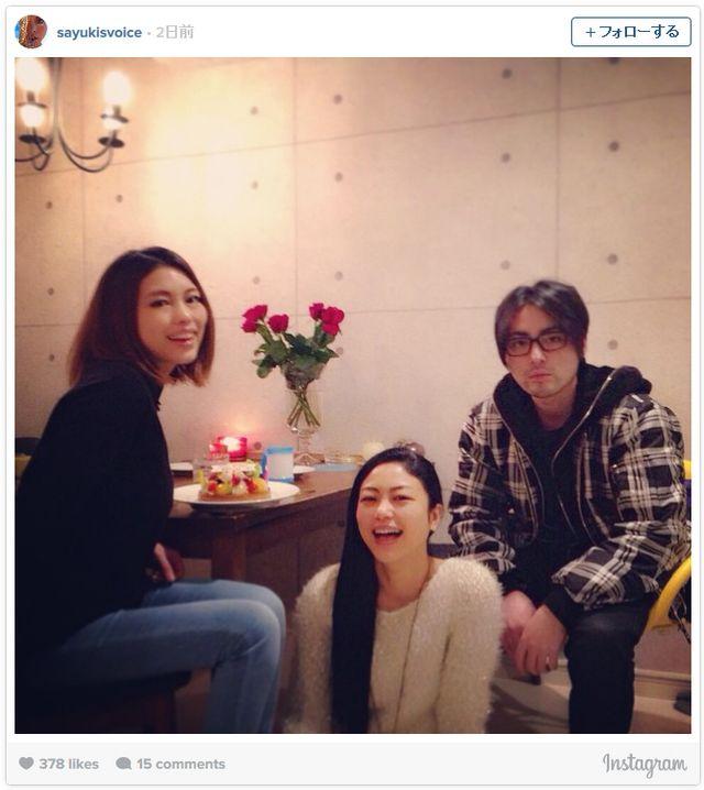 左からSAYUKI、椿かおり、山田孝之(画像はInstagramのスクリーンショット)