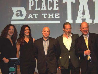 (左から)共同監督クリスティ・ジェイコブソンとロリー・シルバーブッシュ、シェフのトム・コリッキオ、ジェフ・ブリッジス、ビル・ショア