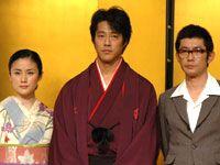 左から涼子・梗子の2役を演じる原田知世、京極堂役の堤真一、関口役の永瀬正敏