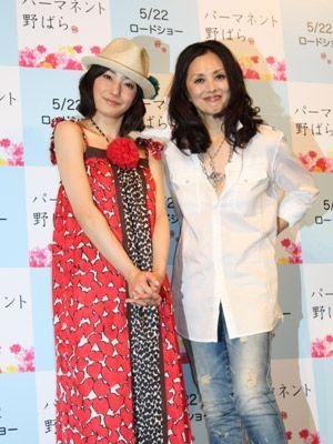 爽やかなワンピースの菅野美穂と、シンプルでカッコいい夏木マリ