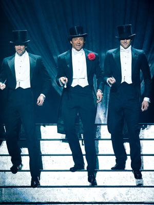 第81回アカデミー賞で歌って踊って司会をしたヒュー・ジャックマン(写真中央)