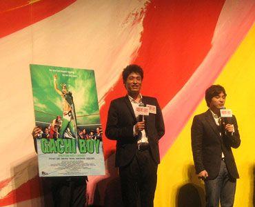 舞台あいさつで笑顔の佐藤と小泉監督