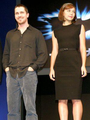 バットマン/ブルース・ウェイン役のクリスチャン・ベイルとレイチェル・ドーズ役のマギー・ギレンホール