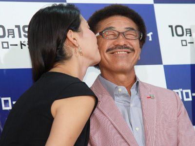 橋本マナミのキスに満面の笑みを見せる具志堅用高